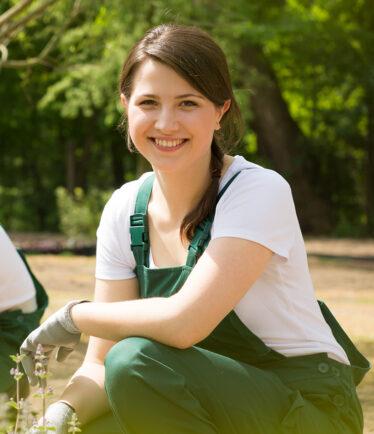 Lächelnde junge Gärtnerin