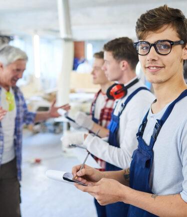 Junger Mann im (handwerklichen) Unterricht